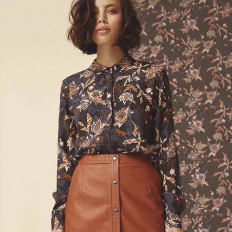 Minus Skjorte, Birla, Dark Floral Print - Model