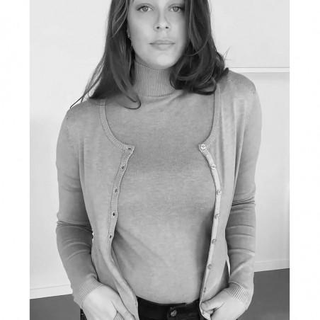 Minus Cardigan, New Laura, Olive Green Melange på model Basis cardigan Minus tøj