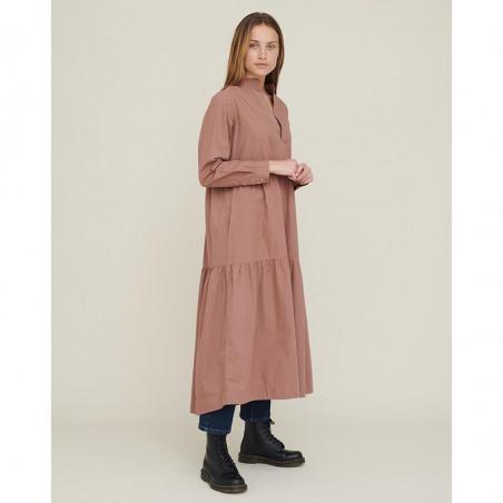 Basic Apparel Kjole, Vilde Organic Dress, Acorn Økologisk GOTS på model forfra