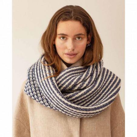 Beck Söndergaard Tørklæde, Kali scarf, Blue på model forfra