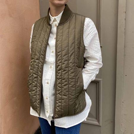 Basic Apparel Vest, Louisa Short, Capers Green på model