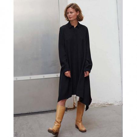 Mads Nørgaard Kjole, Dancella Drapy Satin Dress, Black på model forfra hele kroppen