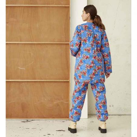 Hunkøn Jakke, Lilia, Blue Flora Hunkøn quiltet jakke Hunkøn fashion på model set bagfra