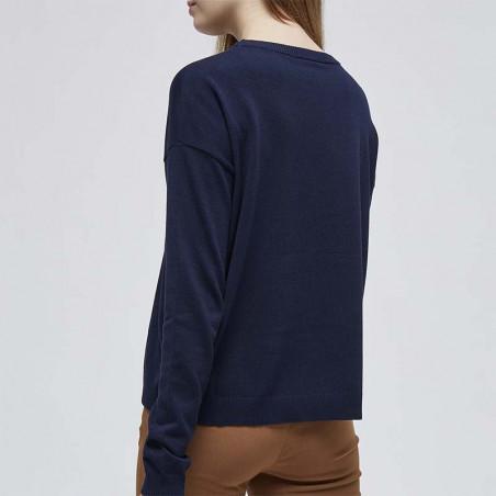 Minus Strikbluse, Elne, Black Iris Solid på model ryg