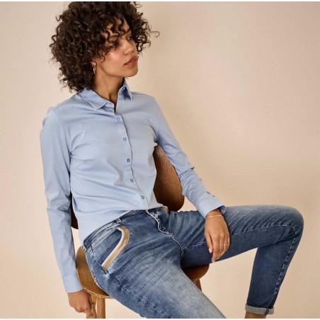 Mos Mosh Skjorte, Tina Jersey, Bel Air Blue på model med jeans