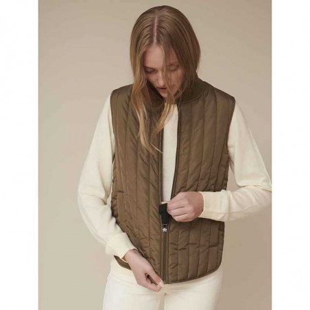 Basic Apparel Vest, Louisa Short vest jackets, Capers Green Quiltet vest på model