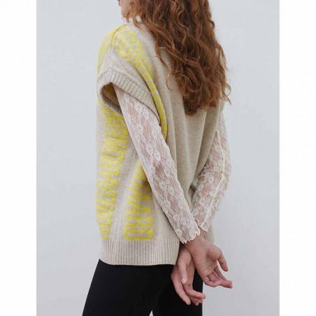 Mads Nørgaard Vest, Vanessa Recycled soft knit, Beige Mads Nørgaard strikket vest dame på model fra siden