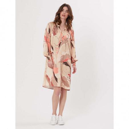 PBO Kjole, Tarsia Dress, Rosa Print look på model