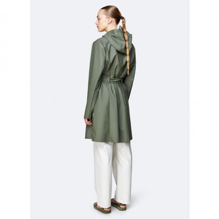 Rains Regnjakke, Curve, Olive - Rains Curve jacket - Rains regntøj til kvinder Rains Regnfrakke på model bagfra