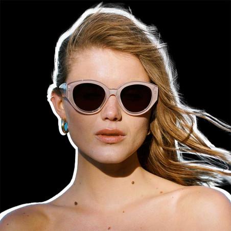 A Kjærbede Solbriller, Big Winnie, Light Grey på model