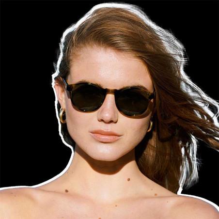 A Kjærbede Solbriller, Marvin, Demi Olive på model