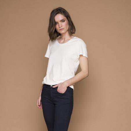 Basic Apparel T-shirt, Rebekka Tee, Sand på model