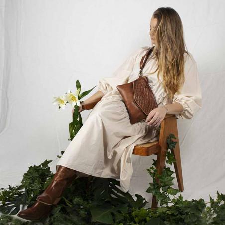 ReDesigned by Dixie Taske, Abbelin Urban, Walnut Skindtaske med flet detalje på model