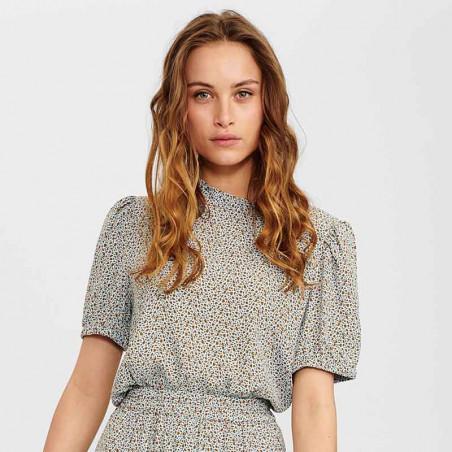 Nümph Bluse, Nucecelia, Cashmere Blue Numph bluse i viscose kortærmet bluse på model