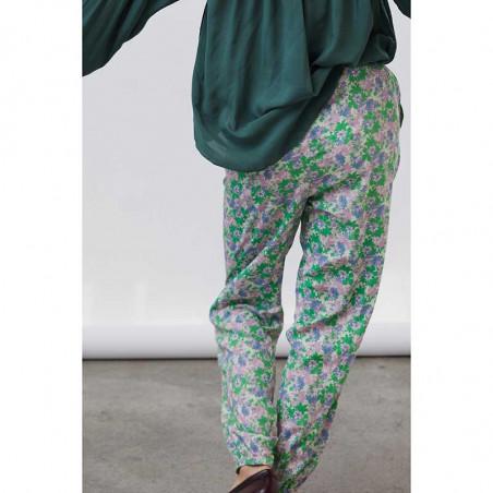 Lollys Laundry Bukser, Mona, Green Flower Print på model bagfra