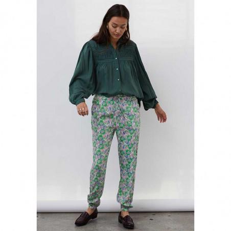 Lollys Laundry Bukser, Mona, Green Flower Print på model