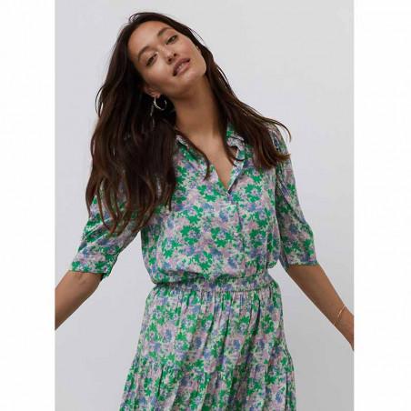 Lollys Laundry Skjorte, Bono, Green Flower Print på model Skjorte bluse med blomsterprint