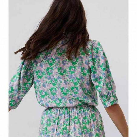 Lollys Laundry Skjorte, Bono, Green Flower Print på model Skjorte bluse med blomsterprint bagfra