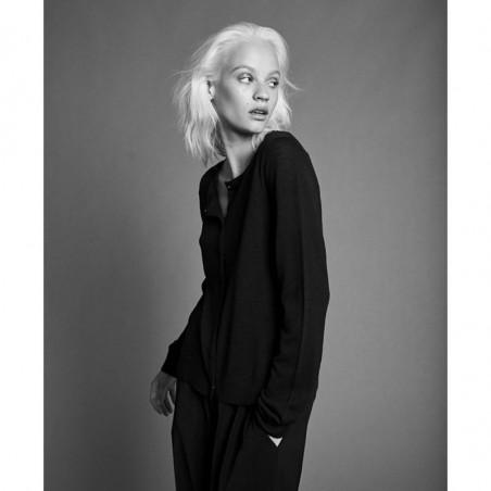 Six Ames Cardigan, Ulla, Night Sky, merinould, striktrøje, mørkeblå, model