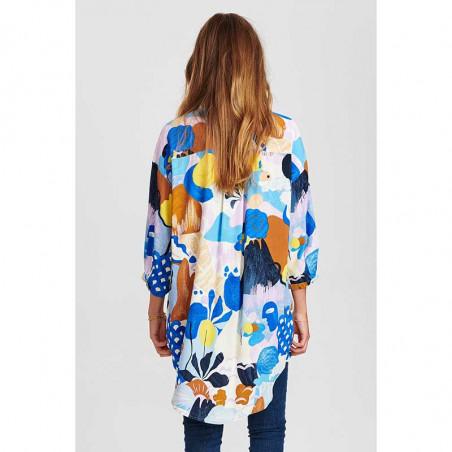 Nümph Skjorte, Nucicely, Princess Blue Numph bluse - storskjorte med print på model set bagfra