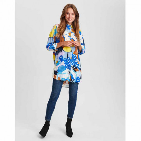 Nümph Skjorte, Nucicely, Princess Blue Numph bluse - storskjorte med print på model look