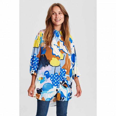Nümph Skjorte, Nucicely, Princess Blue Numph bluse - storskjorte med print på model