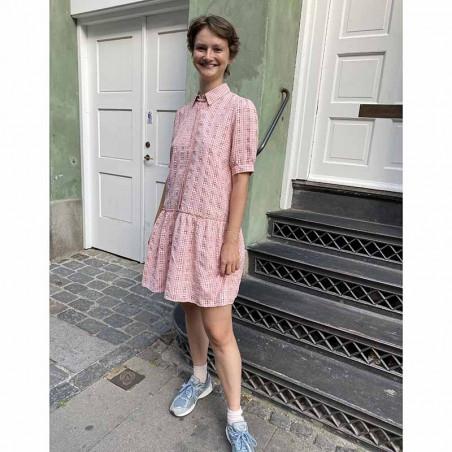 Nümph Kjole, Nucyrille, Evening Sand, lyserød kjole, ternet kjole, kjole med skørt, kjole fra Numph på model